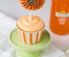 Orange crush cupcakes topped with creamsicle frosting! These are to die for!  #cupcakes