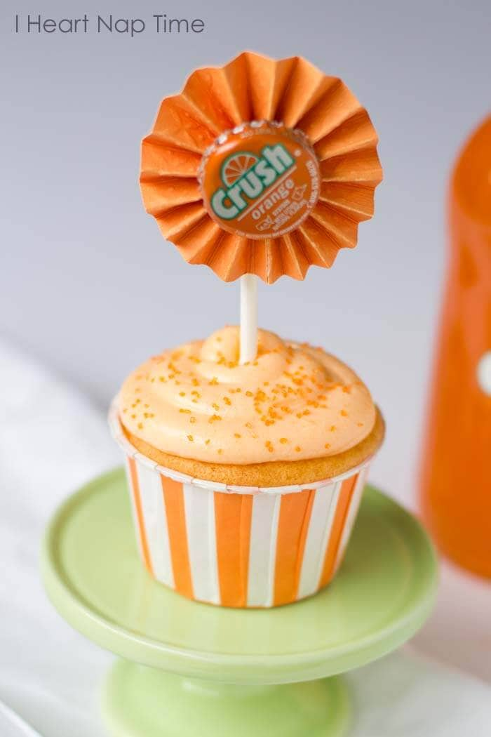 Orange crush cupcakes with JELLO topped with creamsicle frosting! These are to die for! #cupcakes