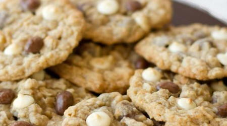 White chocolate raisinet cookies on iheartnaptime.net ! These look delicious!