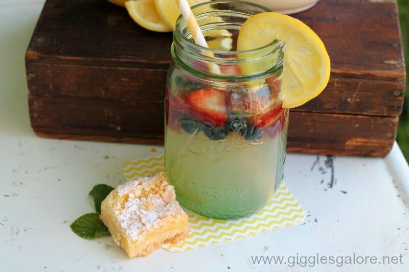 Refreshing-Lemonade-in-Mason-Jars