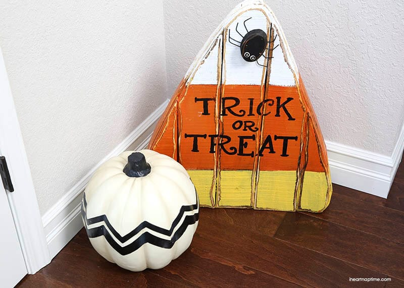 Halloween decor at iheartnaptime.com