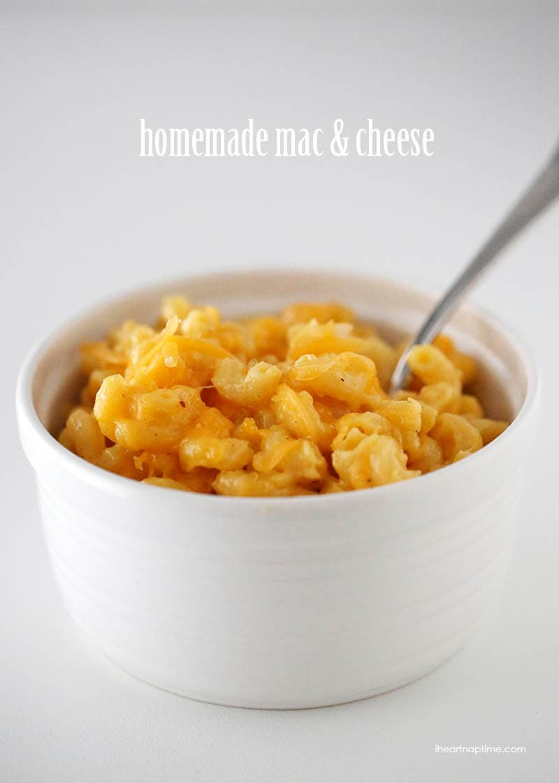 Super creamy and delicious homemade baked macaroni and cheese on iheartnaptime.com #dinner #recipes