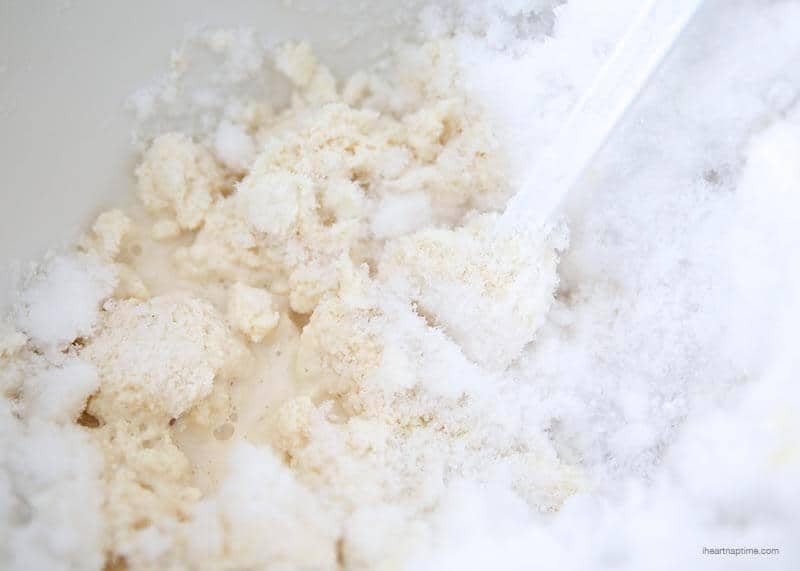 How to make homemade SNOW cream on iheartnaptime.com ...so yummy and only takes about 5 minutes to make!