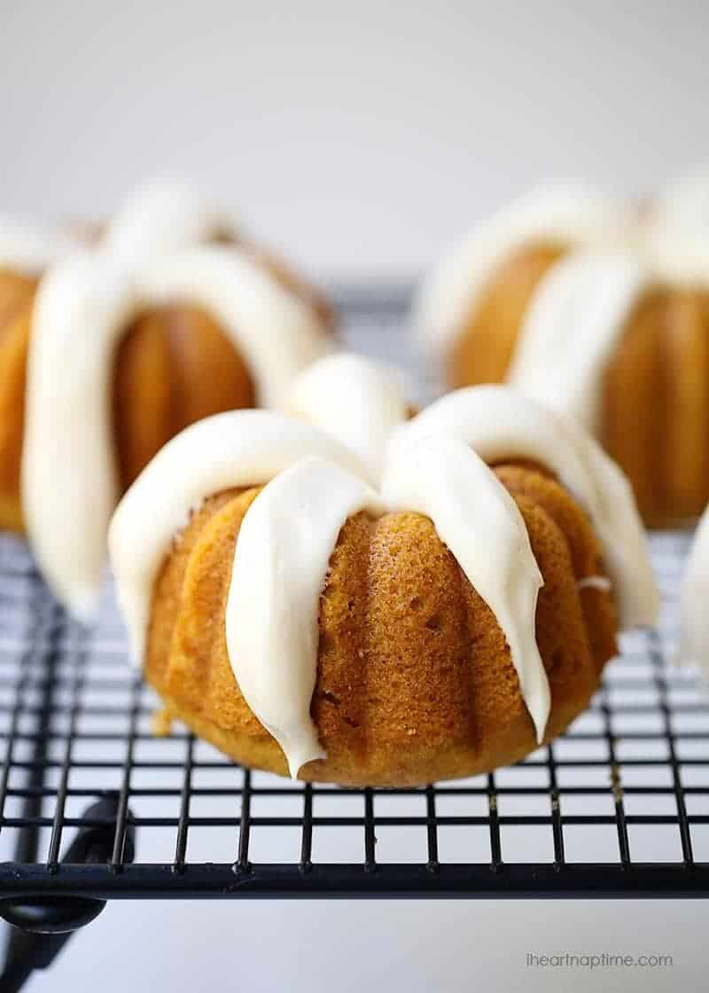 Pumpkin bundt cakes with maple cream cheese frosting -these easy and delicious pumpkin bundt cakes makes a great fall dessert!