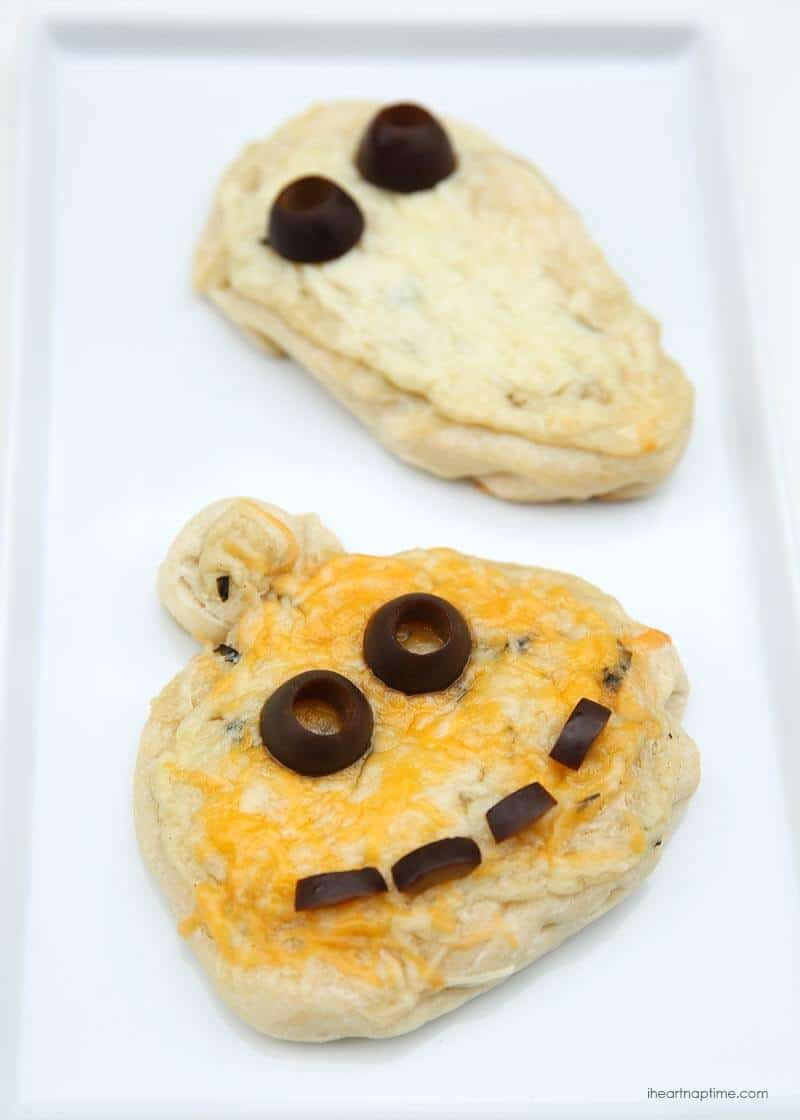 Pumpkin pizza for Halloween -fun idea for the kids to make!