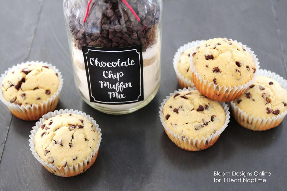 Chocolate chip muffin jars with FREE printables! Cute and easy gift idea!