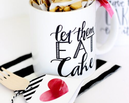 Create the perfect gift for teachers, neighbors or coworkers with this Easy Mug Cake Gift Idea with FREE Printables!