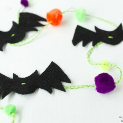 Make this adorable (and so easy!) Bat & Pom Pom Garland out of felt, pom poms, and string. A great craft for kids with scissor skills, and easy regardless of age! Dress up a doorway, picture frame, window or mantle. Get the details on iheartnaptime.com