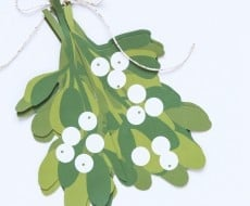 Mistletoe Free Printable - an amazing (and easy!) three-dimensional mistletoe to hang in your home this holiday season!