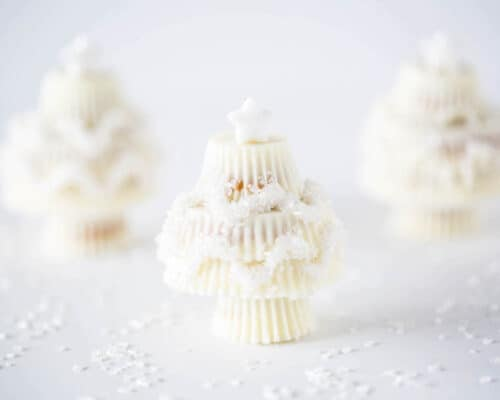 White Chocolate Reese's Christmas Trees - such a simple holiday treat. These would make adorable hostess gifts, party favors or a fun addition to your holiday plate.