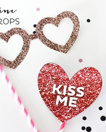 Valentine Photo Props - fun, festive, glittery photo prop free printables, perfect for kids and parties! (And they don't use any real glitter, so no mess!)