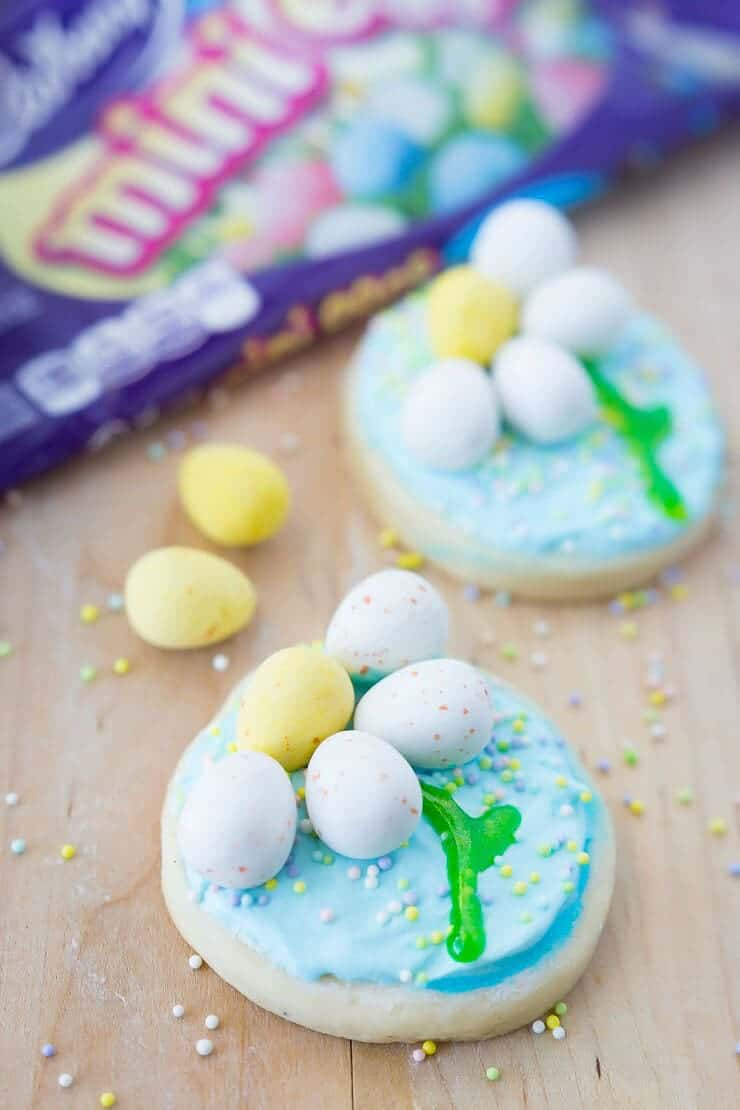 Spring Daisy Cookies - made with the delicious mini Cadbury eggs, these cookies are the perfect way to celebrate spring!