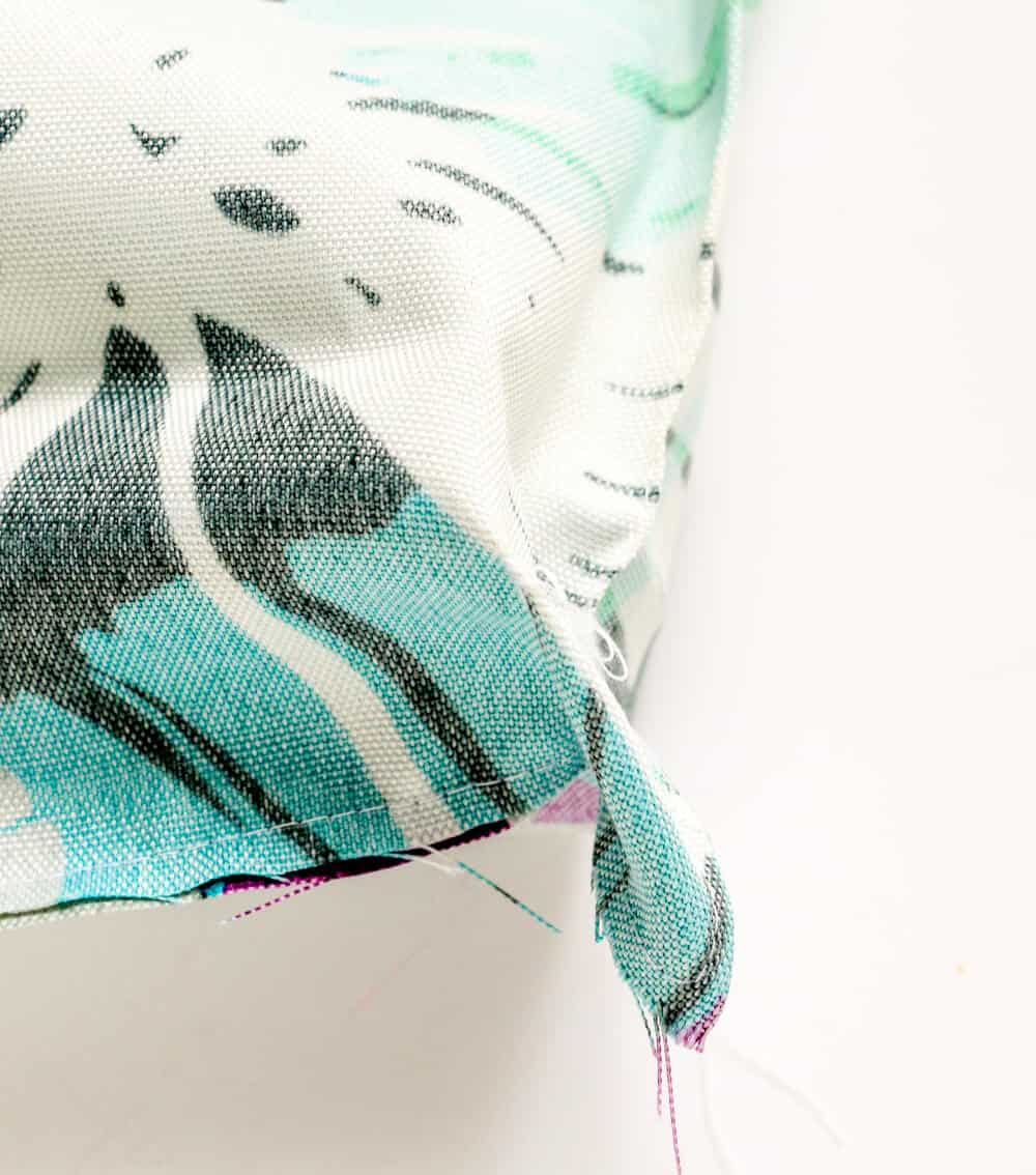 Easy sew outdoor pillow – Learn how to make your own outdoor pillows with this simple sewing tutorial.