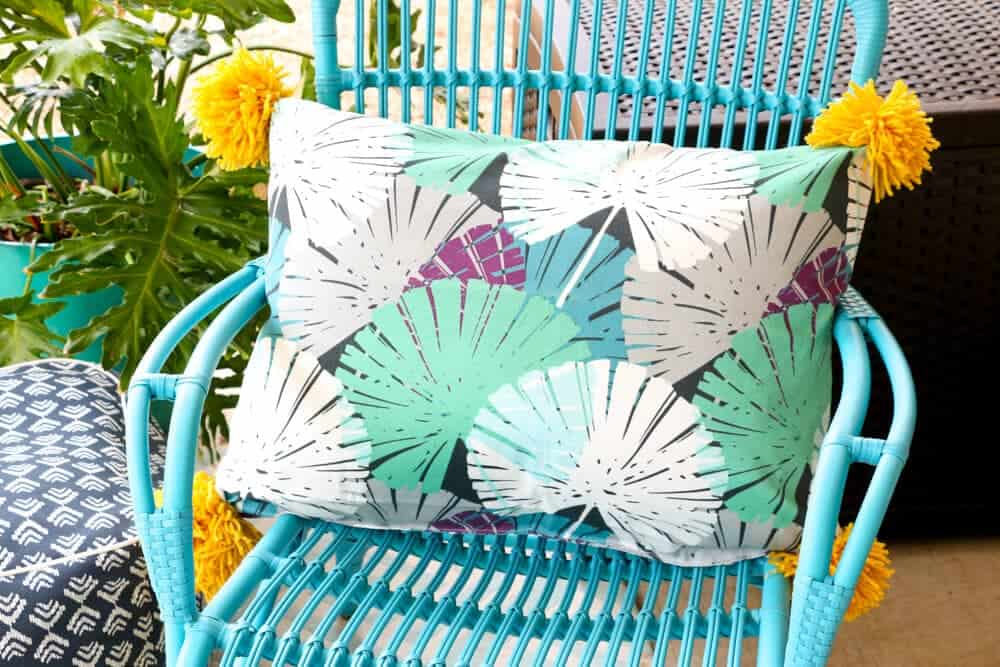 Easy sew outdoor pillow - Learn how to make your own outdoor pillows with this simple sewing tutorial.