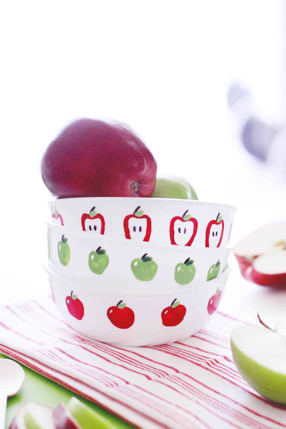 Apple Fingerpaint Bowls... a great kid-friendly DIY to decorate your home this autumn!