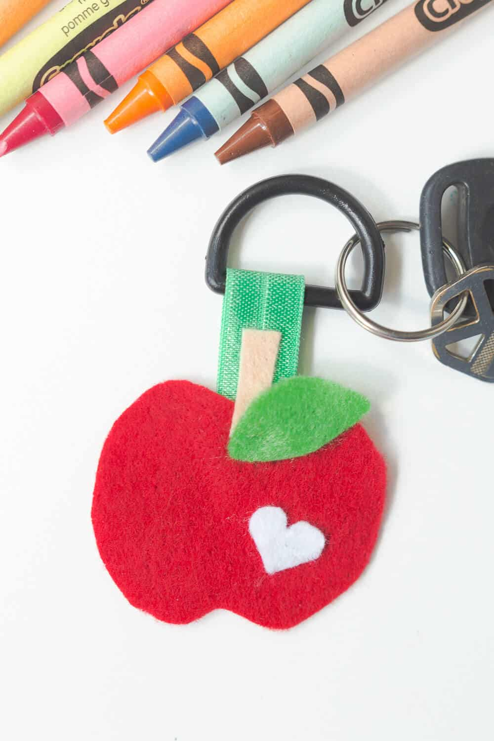 Felt Apple Keychain... a fun, easy craft perfect for gift-giving!