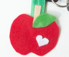Felt Apple Keychain... a fun kid-friendly craft for back to school!