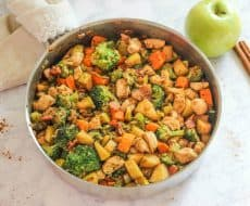 One Pan Chicken with Apples is a delicious and easy one-pan autumn meal!