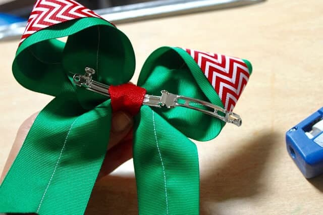 Big Christmas Hair Bow... a fun and easy tutorial to make a beautiful hair bow, the perfect fun accessory! Super fun for girls of all ages!