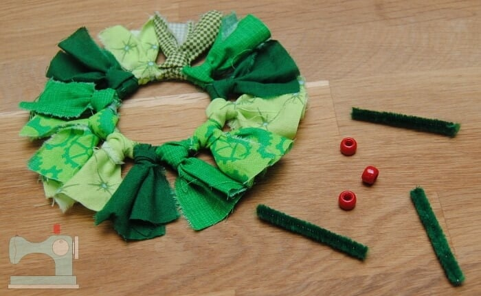 Wreath Ornament... a fun and easy holiday craft the whole family will enjoy creating!