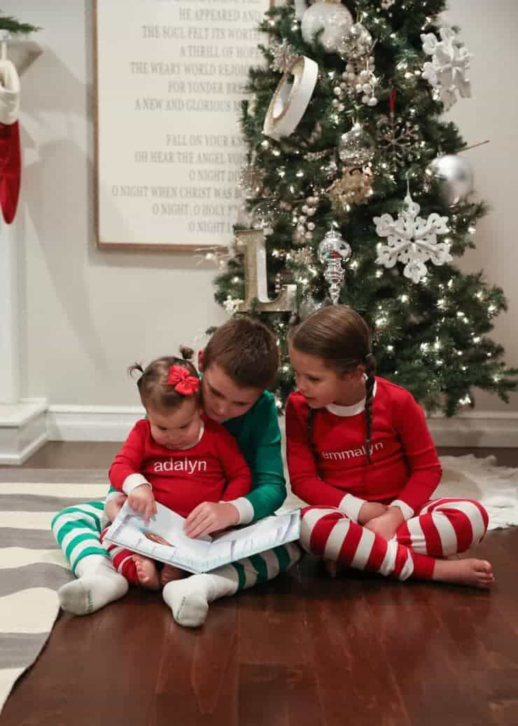2016 Holiday home tour on iheartnaptime.net -kids reading by the tree