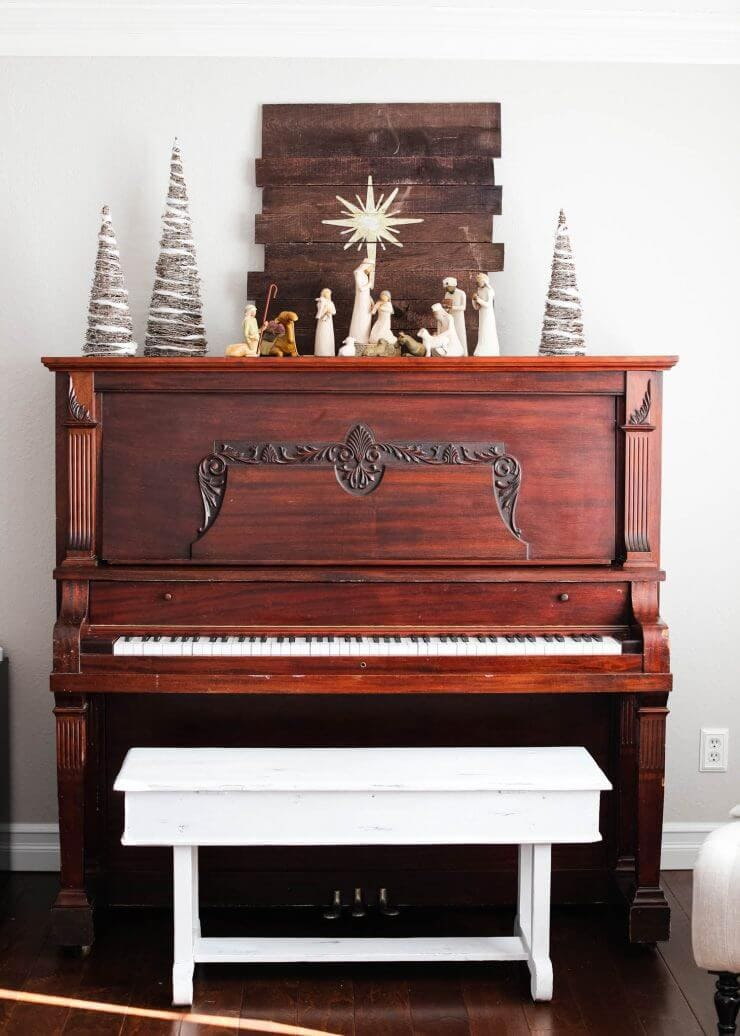2016 Holiday home tour on iheartnaptime.net -nativity on the piano