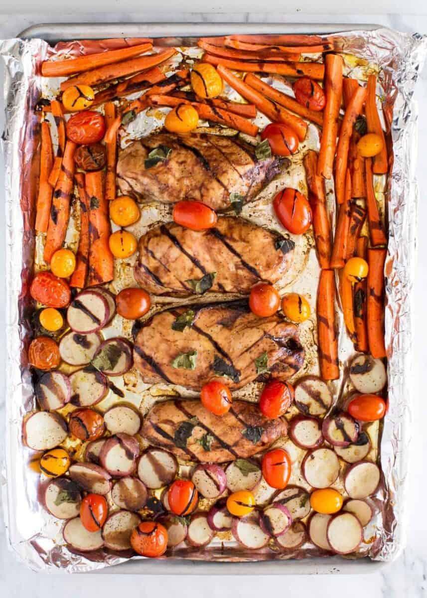 sac tavada pişmiş balzamik sırlı tavuk ve sebzeler