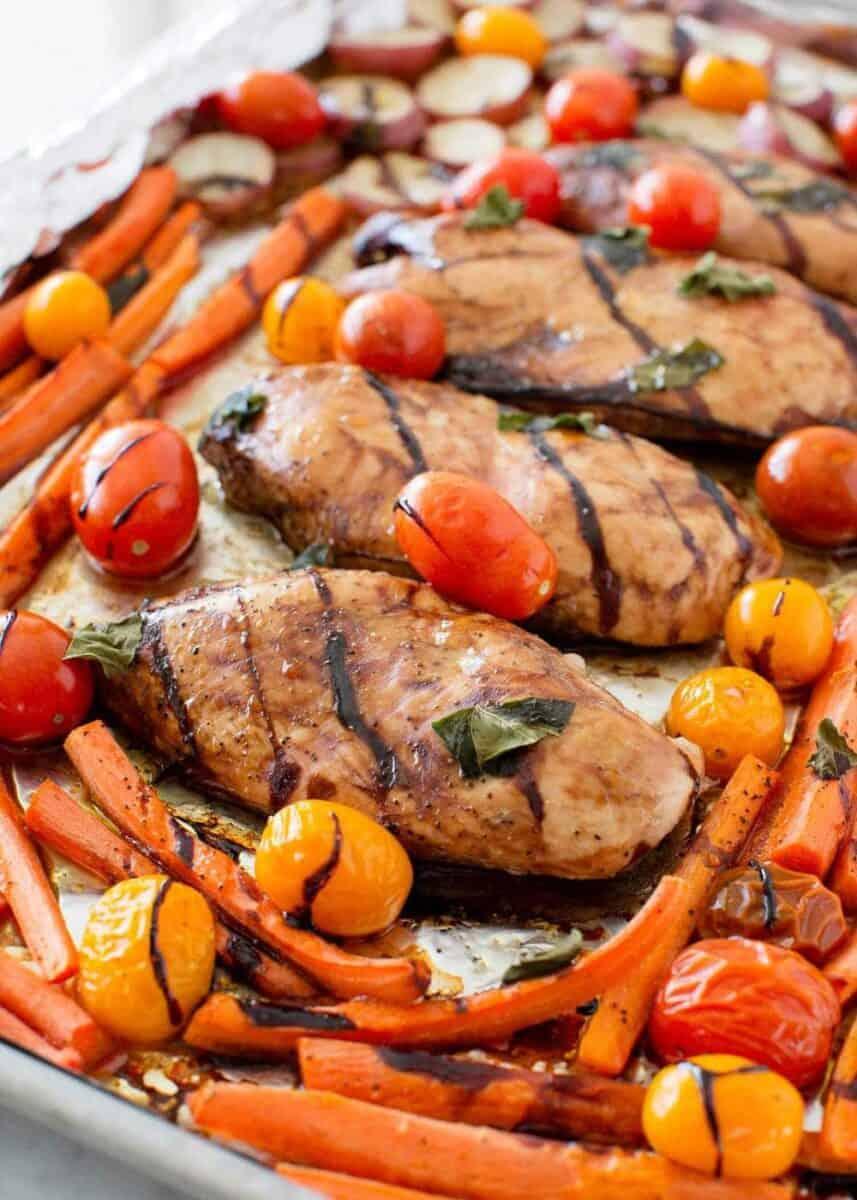 pişmiş balzamik tavuk ve sebzeler