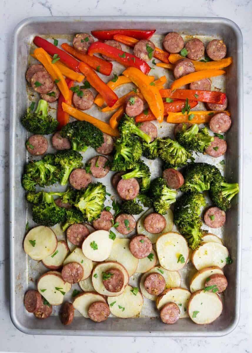 yaprak tava sosis ve sebzeler