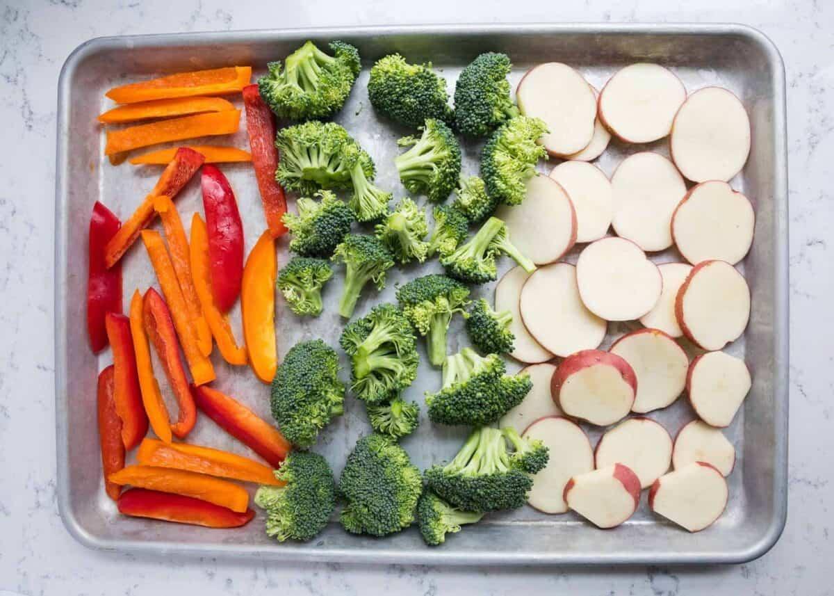 fırın tepsisine çiğ sebzeler