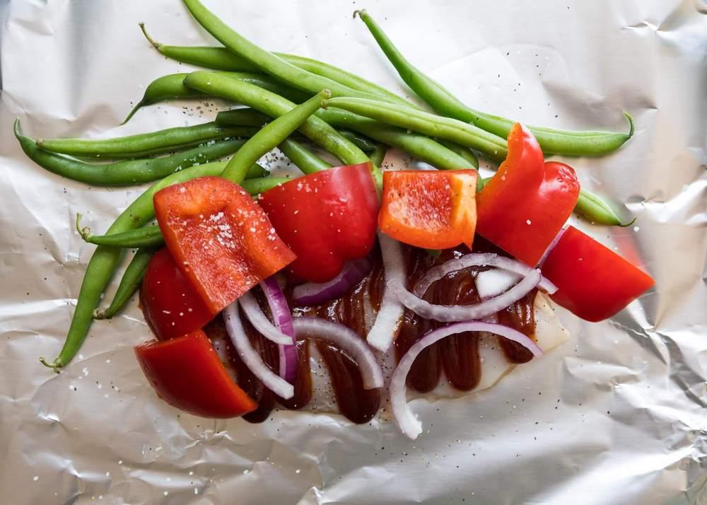 Barbekü sos ve sebzeler folyo üstüne katmanlı
