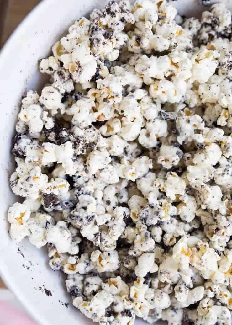 Cookies and cream popcorn -a delicious and easy no bake dessert or snack that can be made in 10 minutes or less with only 3 ingredients! You won't be able to put it down!