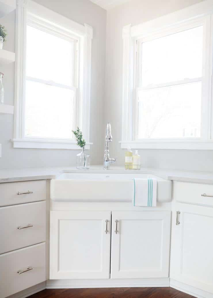 Modern farmhouse kitchen makeover with amazing before and after photos -white farmhouse kitchen sink