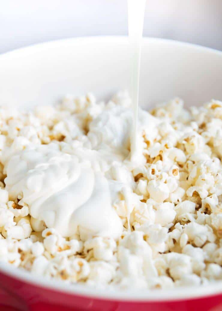 Cookies and cream popcorn -a delicious and easy no bake dessert or snack that can be made in 10 minutes or less with only 3 ingredients!