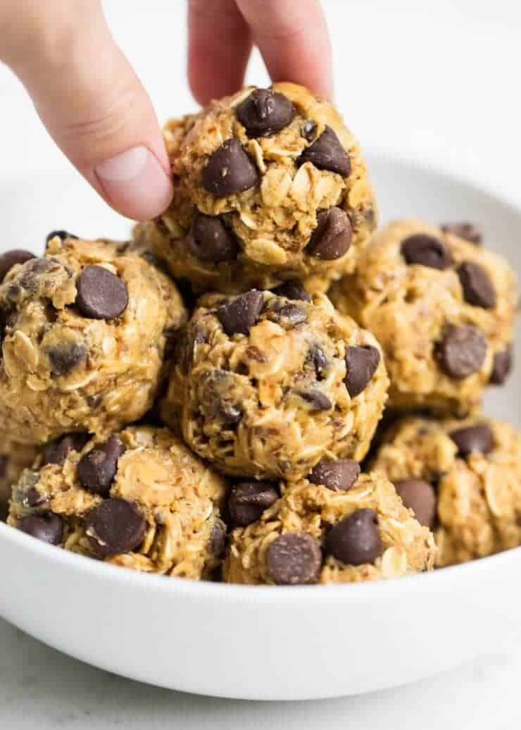 Easy no bake energy balls that make the perfect breakfast, snack or even dessert. Only takes 5 minutes and 5 ingredients to make!