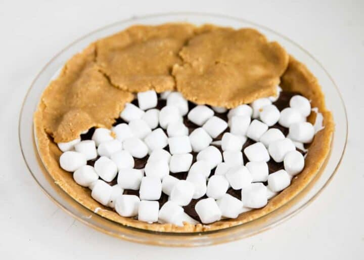 adding crust on top of smores pie