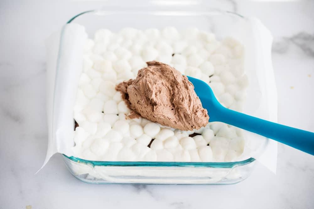 çikolata buttercream krema hatmi kek üzerine yayılıyor