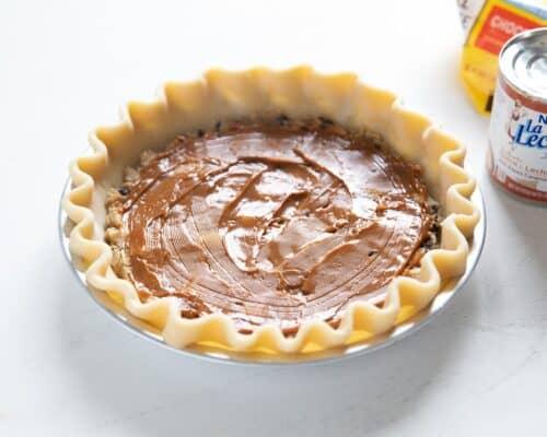 caramel spread onto pie crust