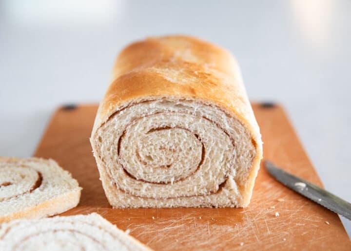 kesme tahtası üzerinde tarçınlı girdap ekmek