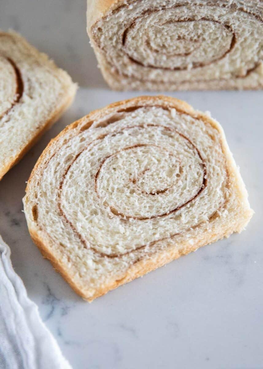 tarçınlı girdap ekmek dilimi masada