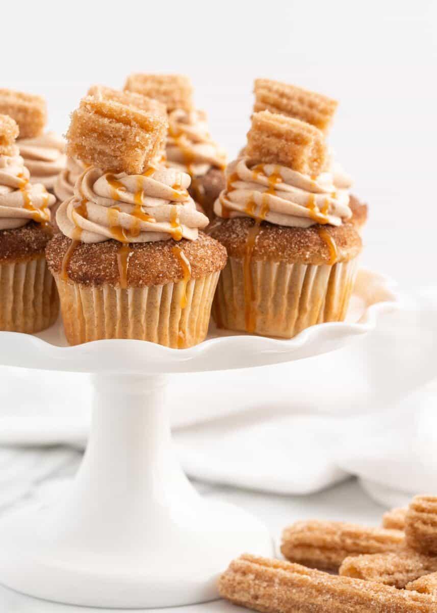 beyaz tabakta churro cupcakes