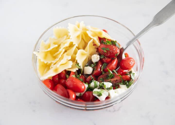 kapta caprese makarna salatası malzemeleri