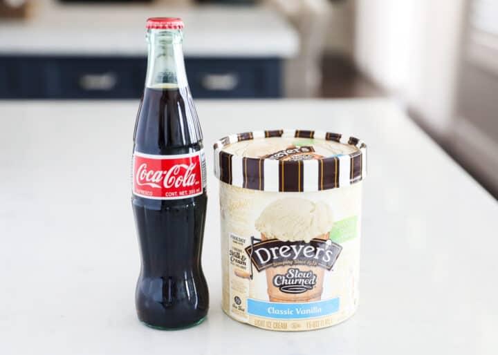 bir şişe coca cola ve tezgahın üzerinde karton dondurma