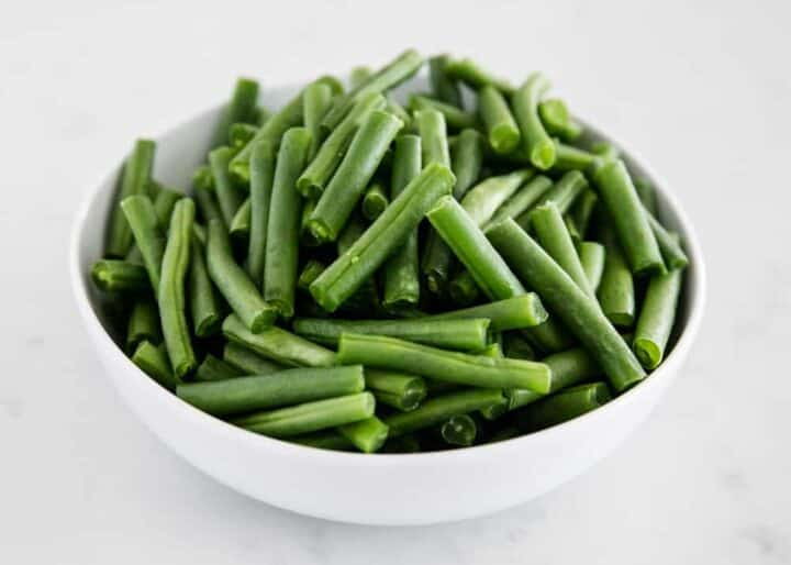 fresh green beans in a white bowl